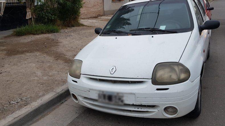 Vecinos denuncian un auto abandonado en el barrio Belgrano