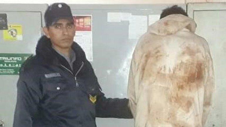 Los policías apretaron a un delincuente para que cuente detalles.