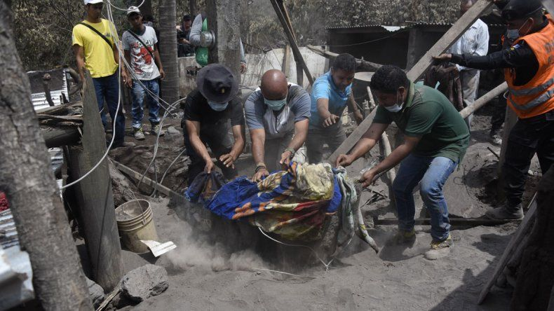 El volcán de Pacaya entró en actividad: explosiones y flujos de lava.
