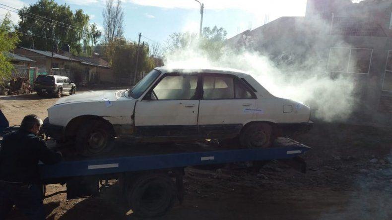 Arrojó un ladrillo y una bomba molotov a un inspector para evitar que se lleven un auto abandonado