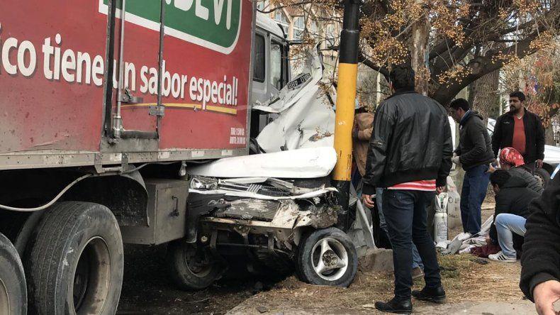 Un camión se quedó sin frenos y causó un desastre: chocó tres autos y aplastó a otro