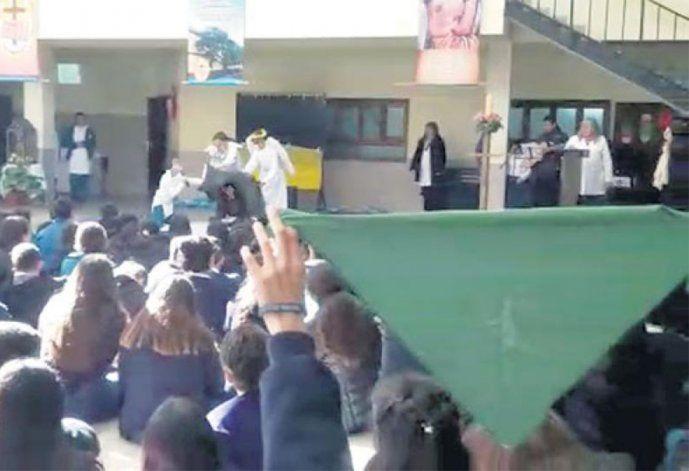<p>Una escena del video que filmó la alumna mientras se desarrollaba un acto contra la ley de aborto. </p>