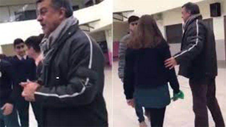 Un cura le prohibió usar el pañuelo verde a una alumna en un colegio católico