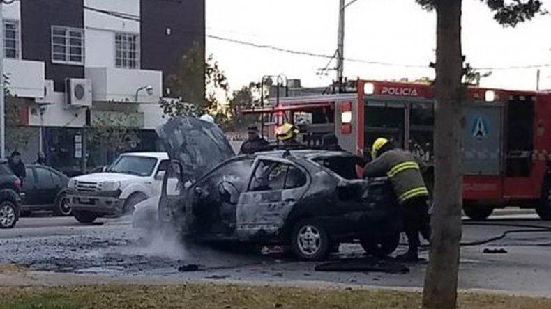Las llamas consumieron un auto en el Oeste neuquino