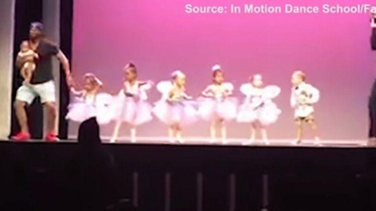 Un papá genial: se subió al escenario para ayudar a su hija con pánico escénico