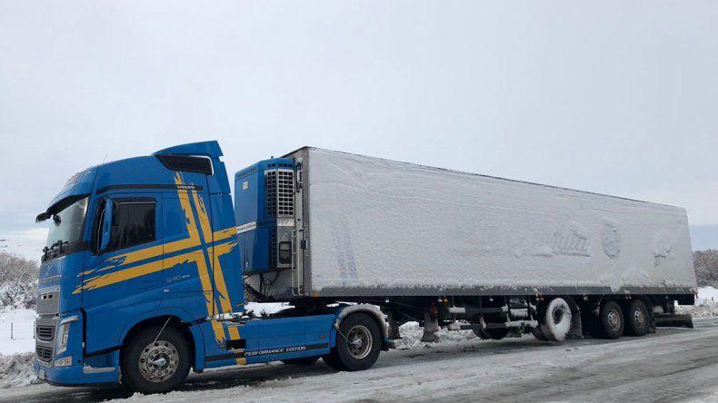 Colectivos y camiones, también varados por el temporal