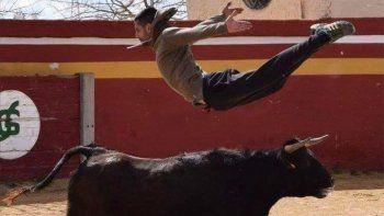 Un torero murió corneado cuando ayudaba a otro