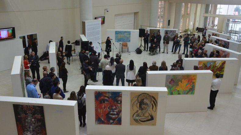 Una vista de la muestra Arte + Arte que se expone en el hall de la Legislatura.