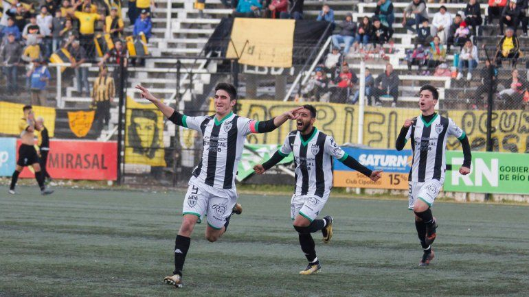 El Tuti Del Prete festeja el segundo gol de Cipolletti