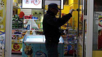 a mano armada, le robaron la recaudacion a un kiosquero