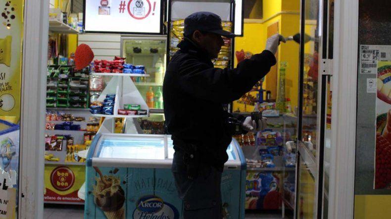 A mano armada, le robaron la recaudación a un kiosquero