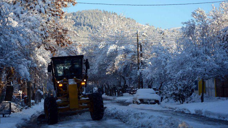 Mantienen los operativos por la nieve en el interior