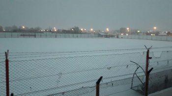 El estadio 30 de Septiembre, una postal de la caída de nieve en Plaza Huincul.