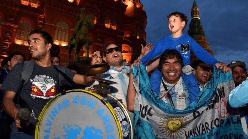 Comenzaron a llegar los hinchas argentinos a Rusia y ya hubo banderazos y mucha fiesta.