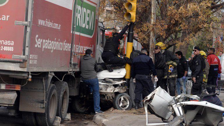 Murió el bebé que iba en el auto que aplastó un camión