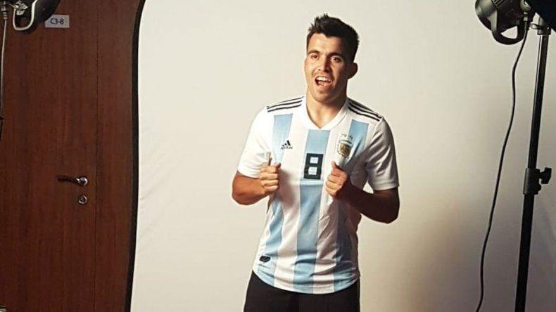 El Huevo Acuña posó para las fotos individuales de FIFA.