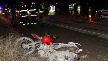 una camioneta sin luces arrollo a una familia en moto y se fugo