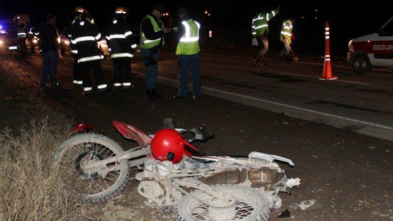 Una camioneta sin luces chocó de atrás a una familia en moto y se dio a la fuga