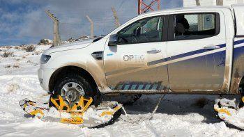 Elmoderno sistema de orugas permite a las camionetas circular por terrenos de difícil acceso.