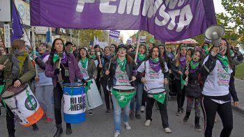 Decenas de mujeres marcharon por las calles de Neuquén.