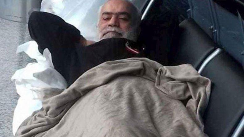 Nizam Hussein Shalak perdió sus papeles de identidad y continúa varado.
