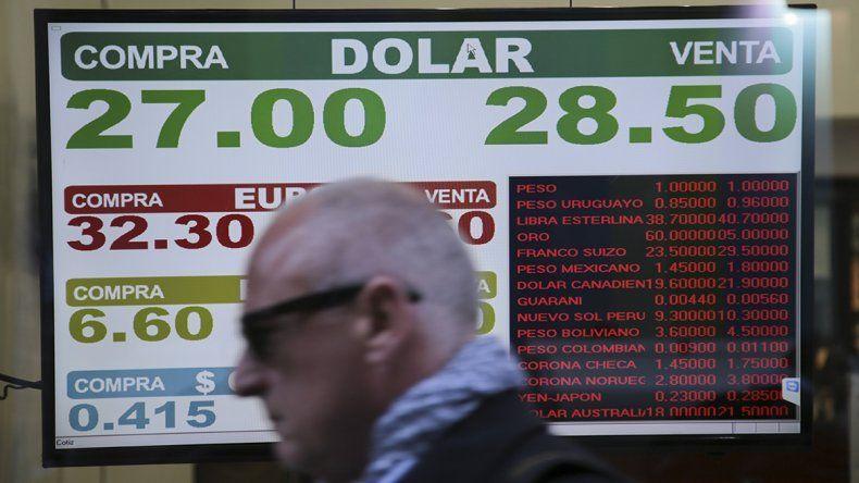 El dólar rompió la barrera de los 28 pesos sin intervención del Central
