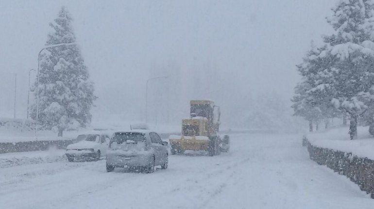 Zapala continúa bajo los efectos del temporal: hielo, nieve y sin clases