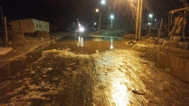 Otra vez los desbordes cloacales inundan calles del oeste neuquino