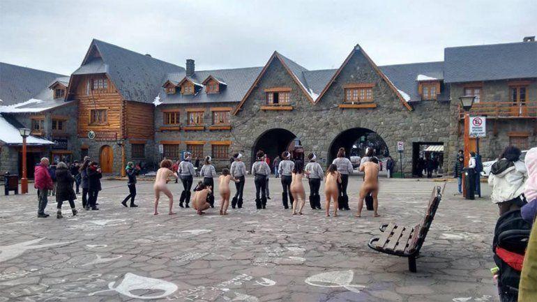 A modo de protesta contra el G20 se desnudaron en pleno Centro Cívico