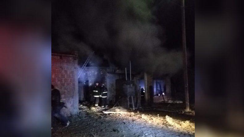 Se incendió una casa en Plaza Huincul y un bombero se intoxicó