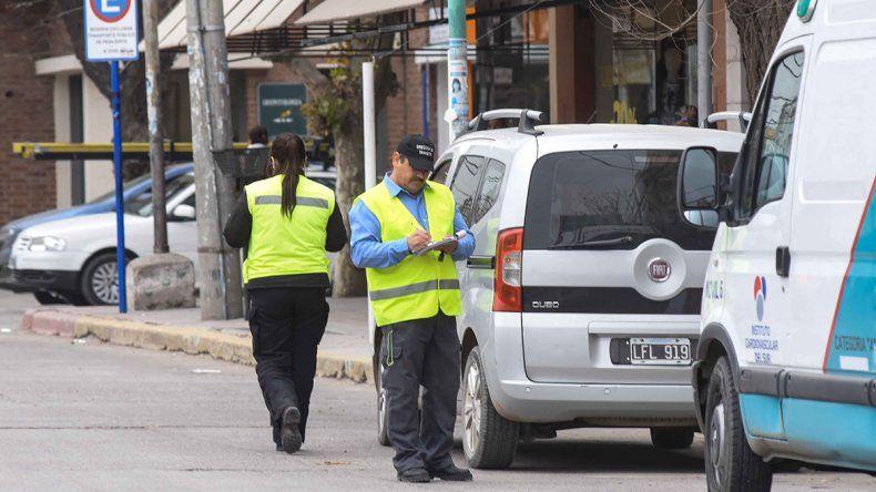 Sin documentación, una conductora intentó atropellar a una inspectora