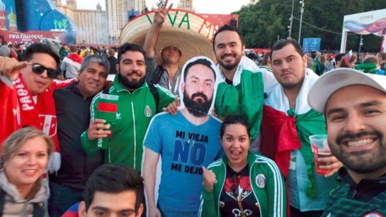Viral: su esposa no lo dejó ir al Mundial y sus amigos pasean su silueta por Rusia
