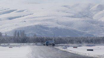 mira como despega y aterriza un avion de aerolineas en una nevada pista de chapelco