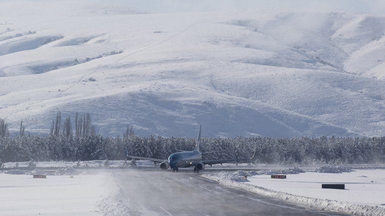 Mirá cómo despega y aterriza un avión de Aerolíneas en una nevada Chapelco