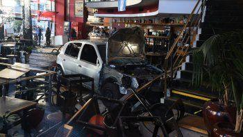 Pudo ser una tragedia. Las dos personas del vehículo resultaron heridas.