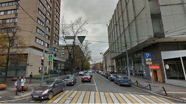Un ruso se tiró desnudo de un edificio y cayó arriba de un grupo de argentinos