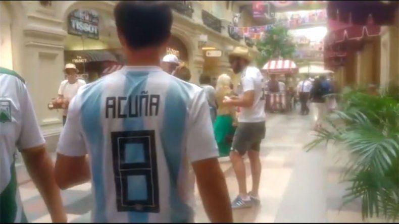 Locura por el Huevo: los argentinos que pasean por Moscú con la camiseta de Acuña