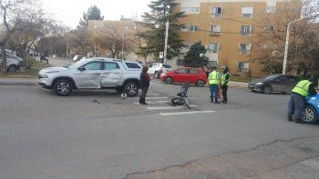 nadie freno: un motociclista choco contra una camioneta