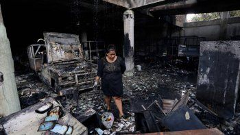 Del incendio en la vivienda de tres pisos se salvaron dos personas, quienes debieron tirarse desde el balcón.