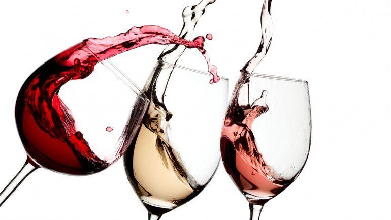 Tomar más de tres copas de vino diarias causa cirrosis