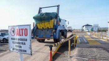 un grupo de mujeres va a separar la basura regional