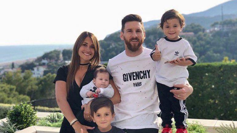 Roccuzzo compartió una postal de toda su familia para acallar los rumores de una crisis con el jugador del Barcelona.