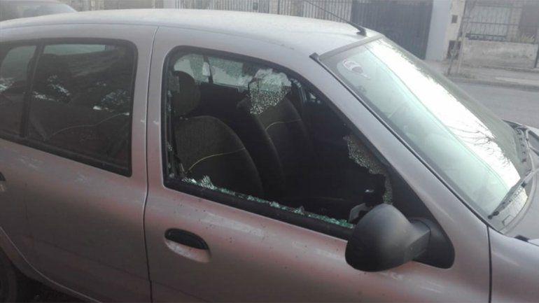 Así quedó el auto que fue atacado por los delincuentes.