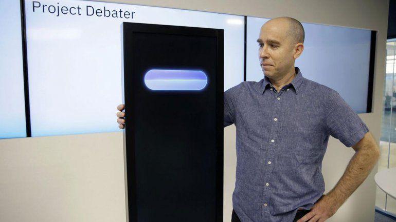 El robot mejoró los conocimientos de los asistentes al debate.