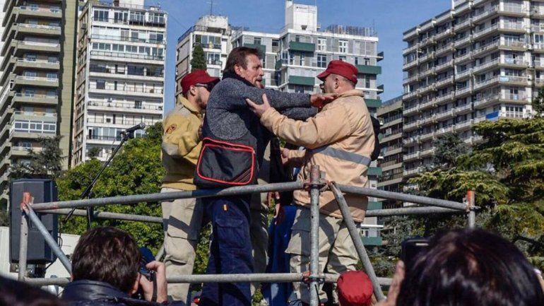 El hijo de Perón irrumpió con un cuchillo en el acto por el Día de la Bandera