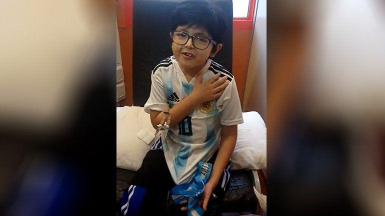 Aluen, el pequeño que espera un corazón, juró la bandera desde el hospital Garrahan