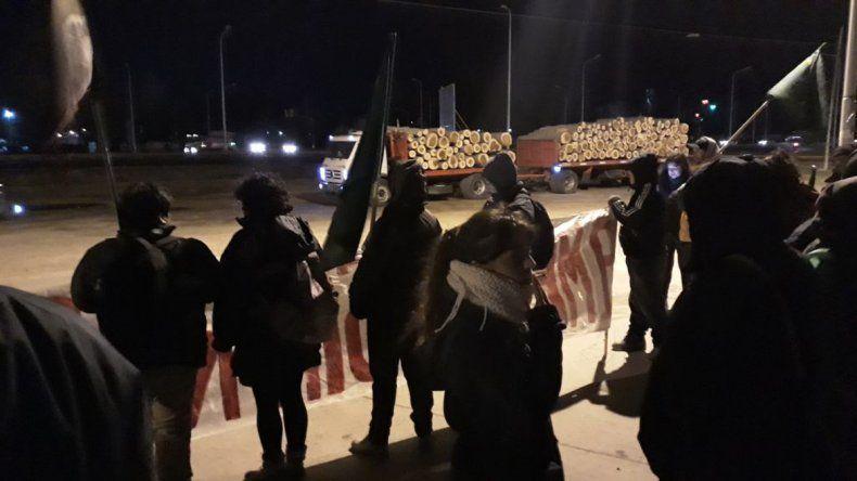 Trabajadores despedidos de MAM bloquearon el ingreso a la maderera