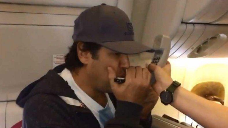 Ciro sigue alentando a la Selección: ahora tocó el Himno desde un avión
