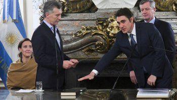 El presidente, Mauricio Macri, tomó juramento al nuevo ministro de Energía, Javier Iguacel, en el Salón Blanco de la Casa Rosada.