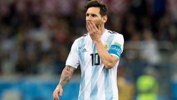 Lionel Messi preveía lo que podía llegar a pasar mientras entonaba el Himno Nacional. El líder estuvo ausente y Argentina lo sintió.